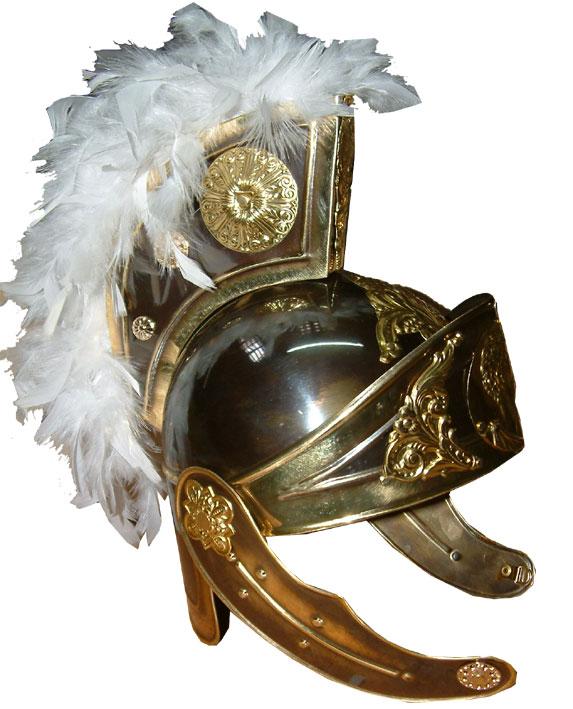 Casco de Romano VI realizado en latón acabado en color oro viejo y plumas blancas